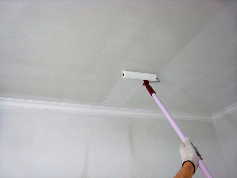 Как покрасить потолок без разводов своими руками